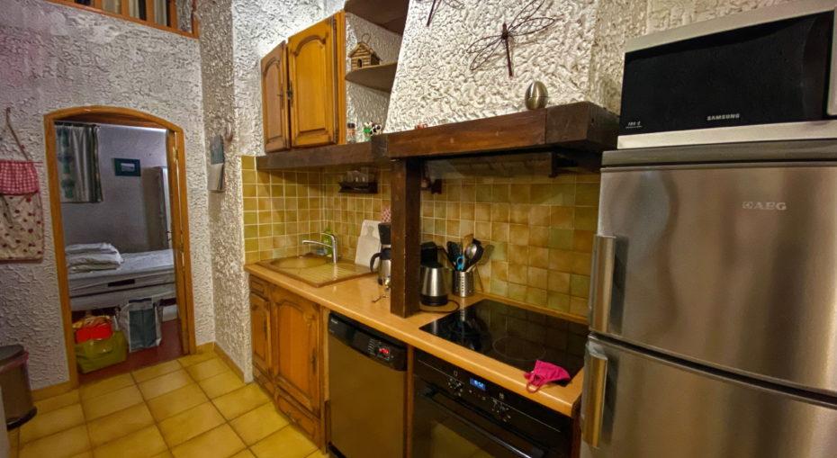 cuisine equipee avec four lave-vaisselle et frigo